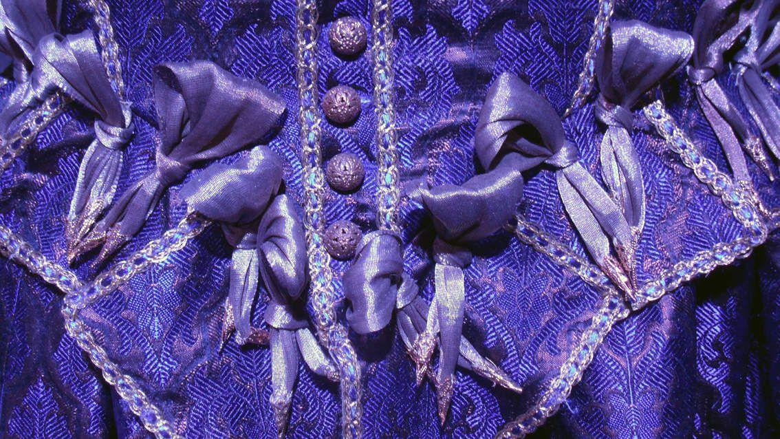 """Robes de nobles dames et gentilhommes français du XVIe (sauf la 2e - vénitienne et la 3e germanique), la dernière est une tenue de fillette dite """"marlotte""""."""