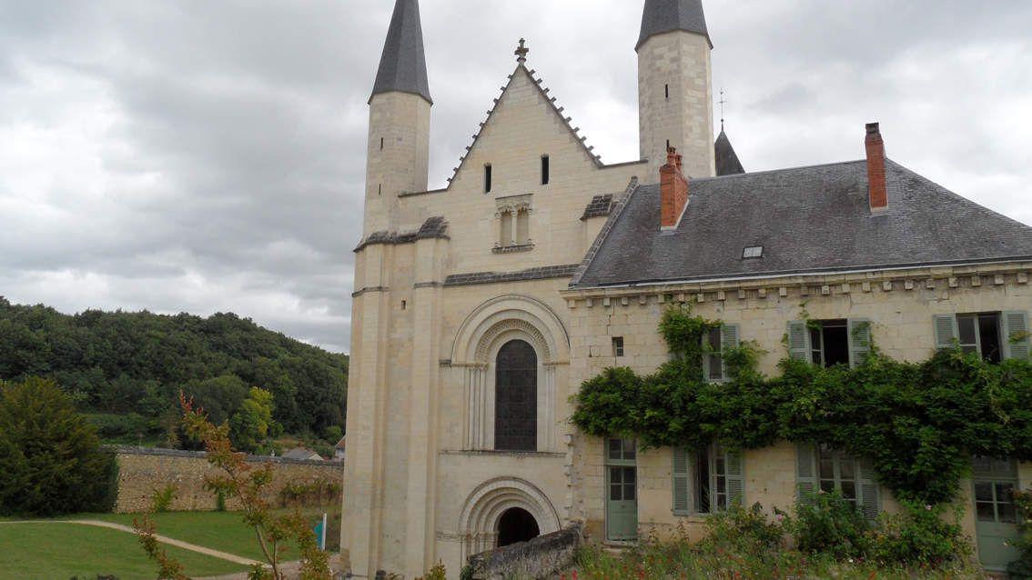 L'entrée de l'abbatiale et sur le côté la tour d'Evrault
