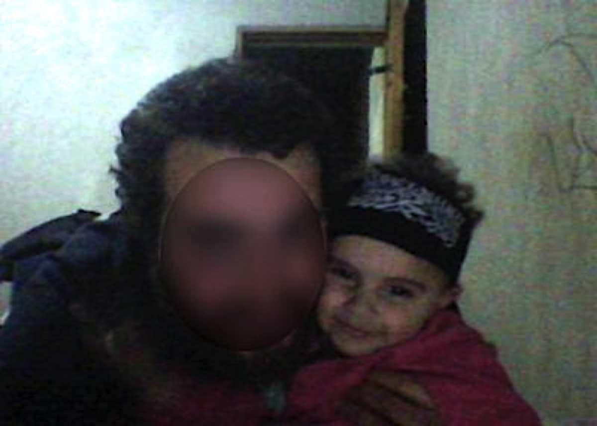 Assia, enlevée par son père parti en Syrie, porte un bandeau djihadiste