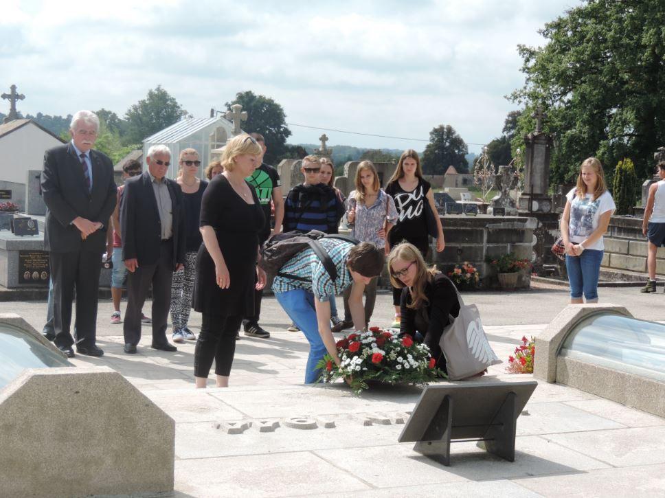 Dépôt de gerbe par deux adolescents allemands et Gesine Lötzsch au Tombeau des martyrs.