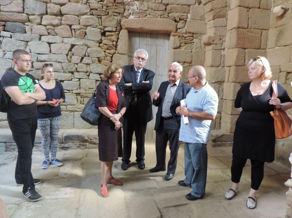 Les explications de M. Robert Hébras dans l'église d'Oradour, avec Mme Beate Klarsfeld, André Chassaigne et Mme Gesine Lötzsch.