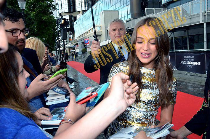 Alicia Vikander : mais oui, moi aussi j'adore signer !