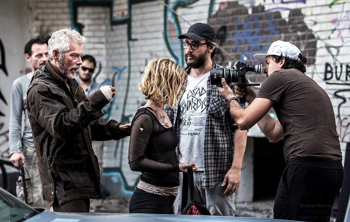 Stephen Lang et Jane Levy tournent une scène sous le regard du réalisateur Fede Alvarez.