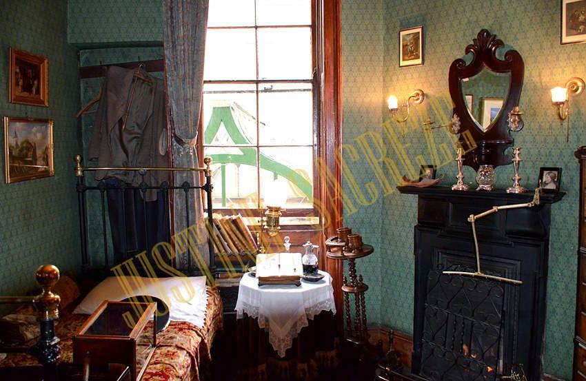 """A l'étage, une chambre, probablement celle du docteur Waston, vu les affaires qui s'y trouvent et si on se fie à la série...""""Madame Hudson, le docteur Watson prendra la chambre au premier !"""""""
