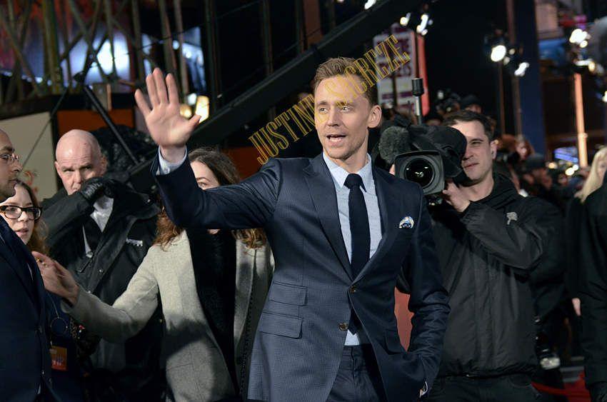 """Tom Hiddleston, définitivement élu Britannique le plus élégant et le plus souriant des tapis rouges ! Sa venue a illluminé Leicester Square et il a su """"résister"""" à son agent pour faire passer ses Fans avant tout. Merci mille fois pour ce nouveau portrait offert à Nokinstars."""