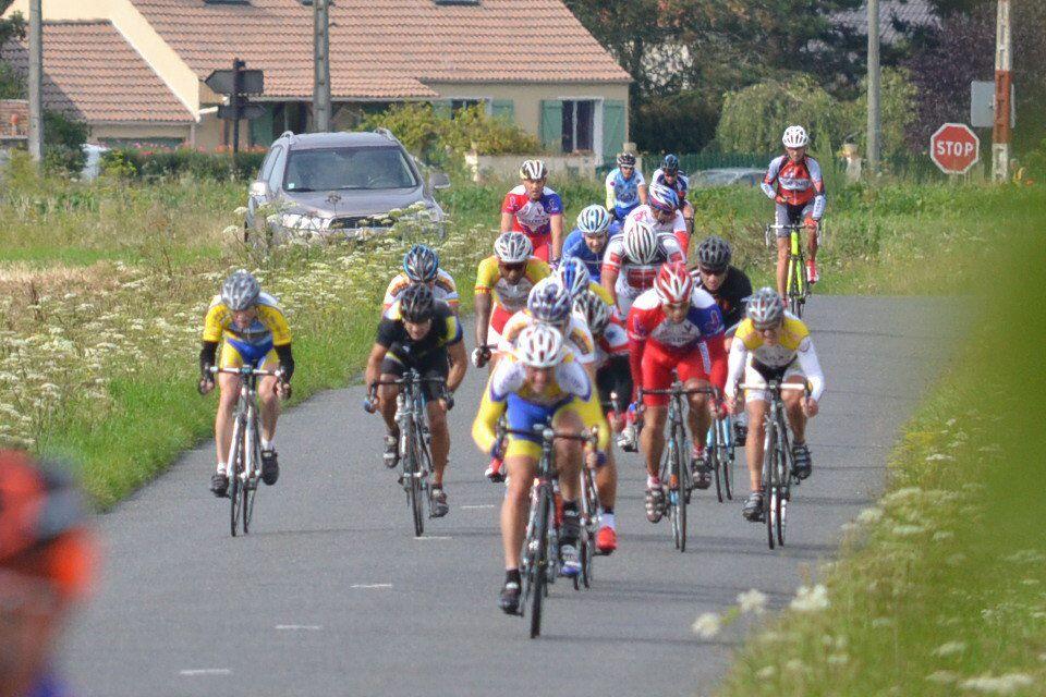 """Les antillais au départ, course Ufolep 3, philippe BOURDAIS, les féminines de la """"GS"""", le sprint de peloton des """"2è catég."""", Yohann BOUTELOUP deuxième, le coin des juges, Jean-Marc MALLO et Pierre CARCELLER ."""