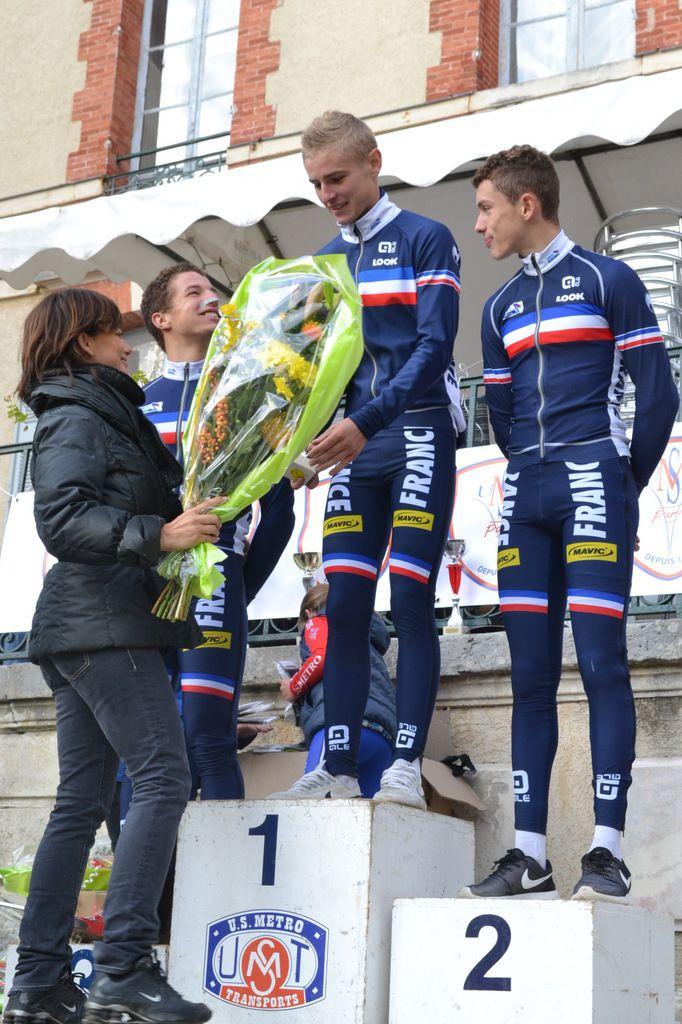 Sur le podium : Mehdi HENRIET (3è), Sandy DUJARDIN (1er) et Thomas BONNET (2è)