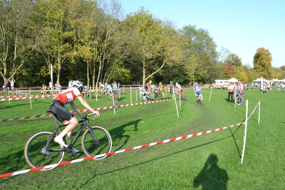 """Course """" 1, 2, 3 """" et juniors, avec Christophe DELAMARRE (Bleus de France-Suresnes) et John DA CUHNA (Team Bonnat). Sixième photo: chute dans l'escargot."""