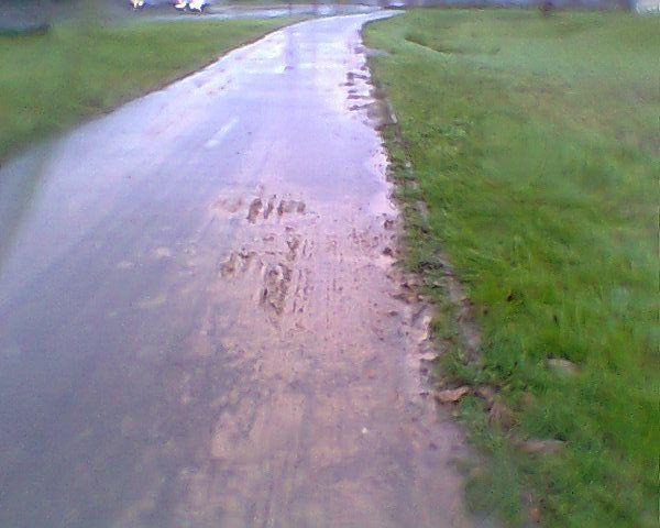Chaque demi-tour des moissonneuses et des tracteurs se font sur la piste.