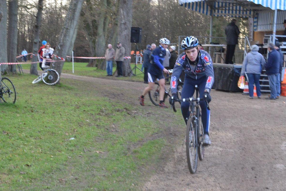 Quelques protagonistes du Cyclo-Cross avant le départ, ou après l'arrivée pour Thibault et Angeline LEGROS.