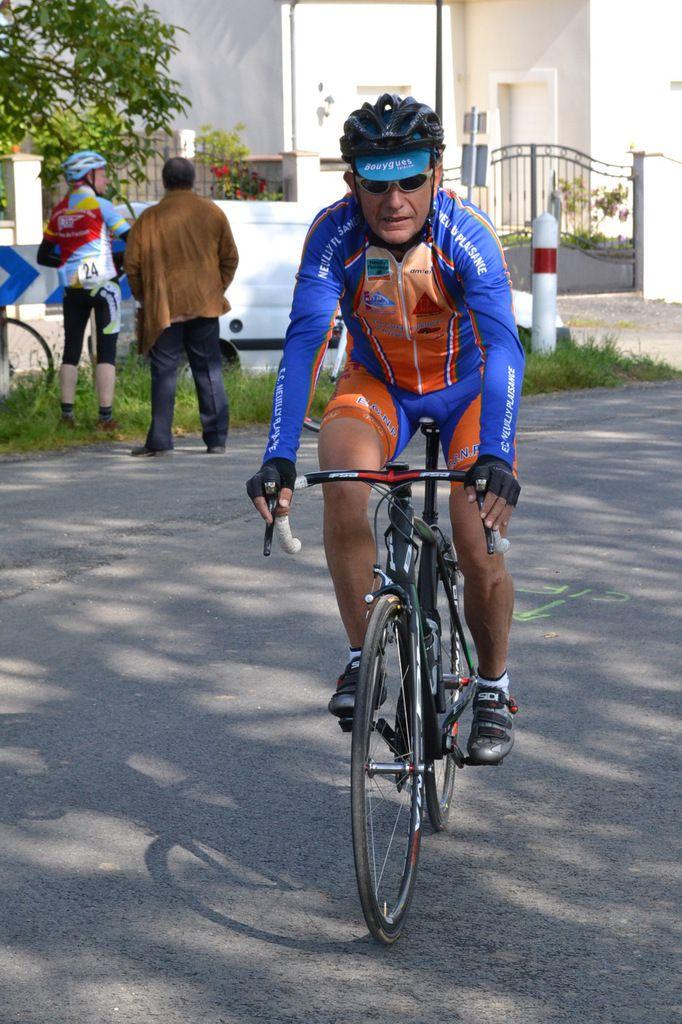 Les coureurs de l' EC Neuilly-Plaisance au départ et à l'arrivée.