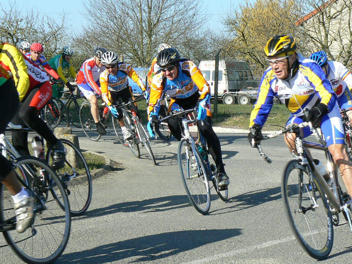 Aubigny (77) en mars 2011 en Ufolep: Daniel BOURG dans le peloton (casque rouge)