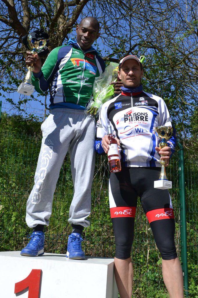 L'arrivée de Jules GIBRIEN (ASCE) et le podium à deux.