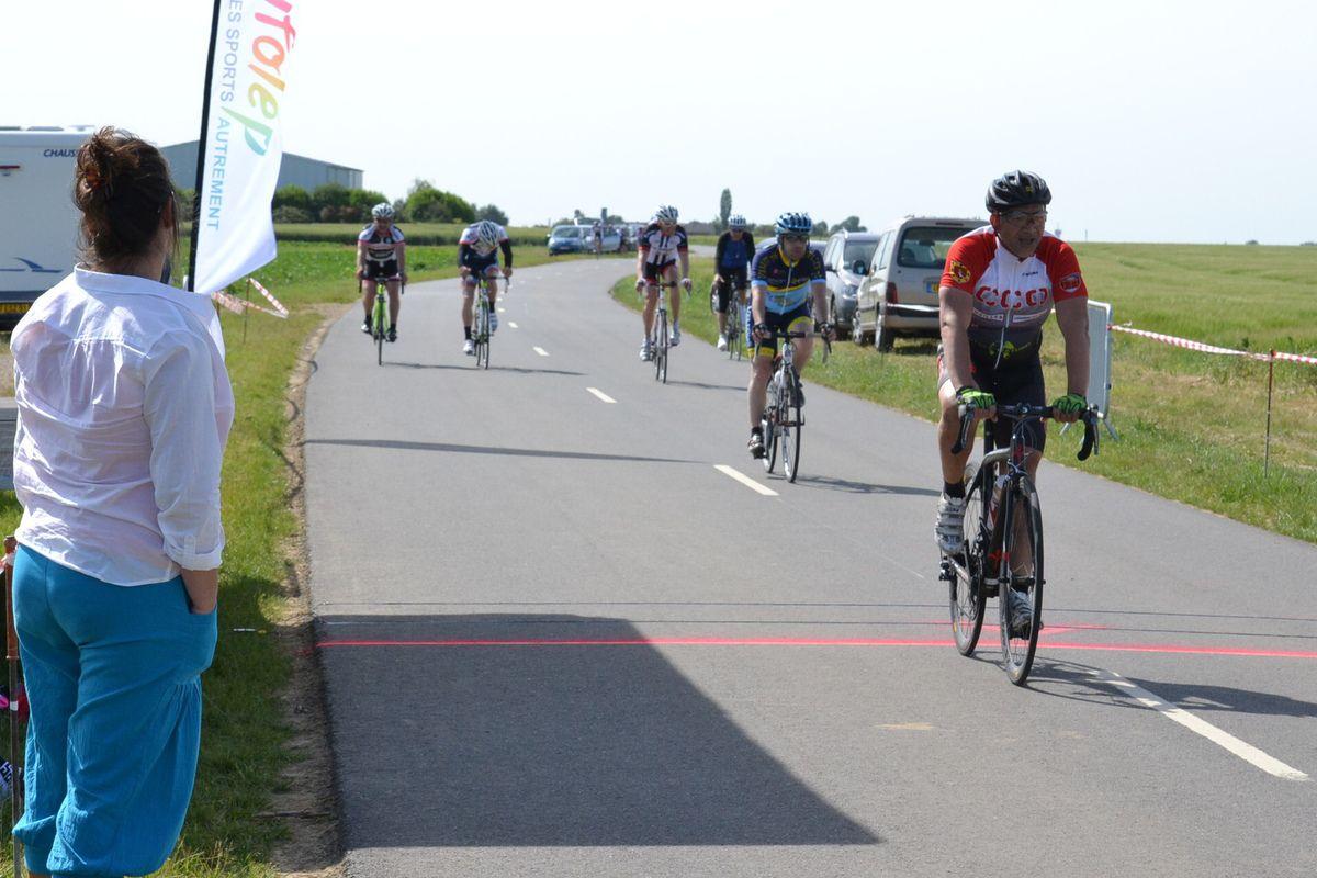 """Sprint du peloton en """"3ème catég."""": Sylvain RAFFRAY (TP28) devant Jean-Luc PAIGNON (CSM Le Pecq) et Lionel LETAILLEUR (COS Renault Lardy)"""