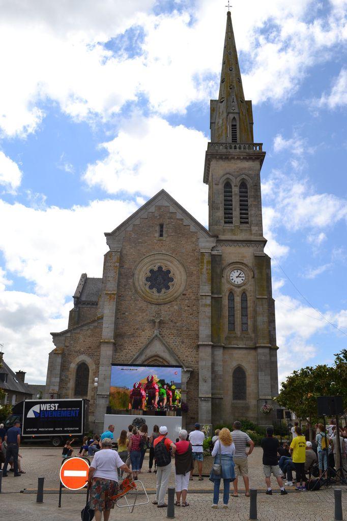 Un écran géant devant l'église de Broons .