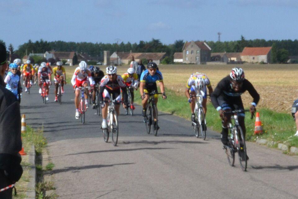 """Arrivée des """"2è catégorie"""": Premier de l'échappée, Benjamin CRESSENT (AC Orsay), 2è Mickaêl MARTIN (VCA Bourget), 3è François DE MARANS (Melun CO), 4è Julien ROUXEL (ACO), 5è Frédéric THIBAULT (UC Bords Marne), 6è Tanguy VON STEBUT (St Cyr / Jouarre)"""