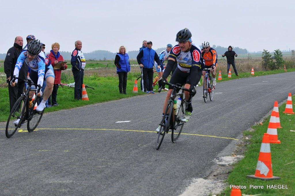 Les vainqueurs, quand même: José PALASSE (Lagny Pontcarré Cycliste) dispose de Laurent METTENDORFF (TC Morangis).