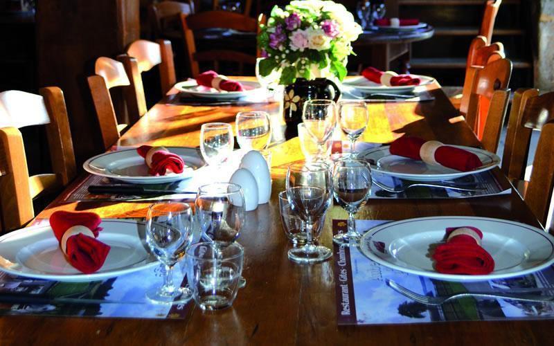 L'Auberge de la Porte vous propose différents menus pour organiser vos repas de groupe.  Des menus de 15 € à 35 €, ou des formules buffet à partir de 15 €  Vous pourrez y déguster : foie gras et terrine maison, porcelet, agneau, canard, poulet ou jambon cuits à la broche, viandes grillées à la cheminée. Mais aussi, notre tête de veau à l'ancienne, notre poêlée de St Jacques ... et pour terminer votre repas, un dessert maison !
