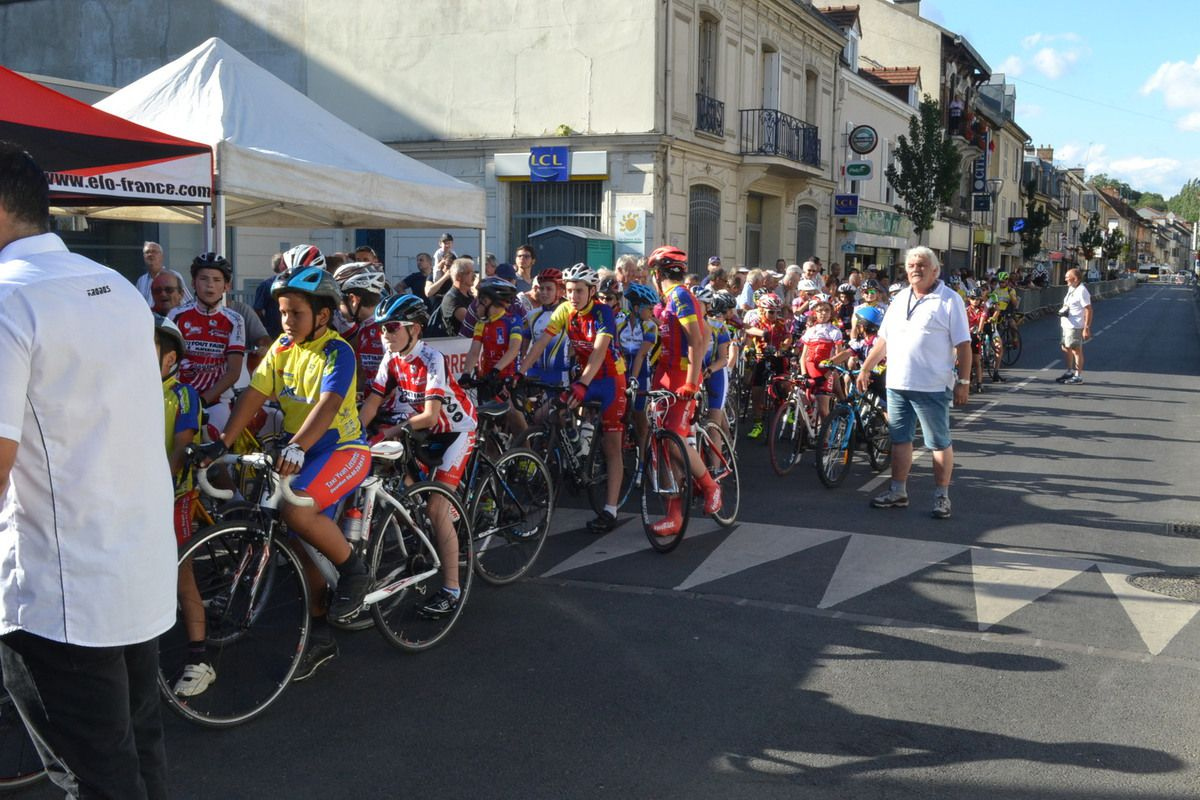 Un long cordon de minis-cyclistes