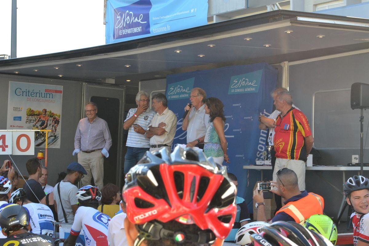 Face au podium où se trouve Daniel PAUTRAT, Jacques BOSSIS, Bernard THEVENET, Daniel MANGEAS, et Joël ROCHE.