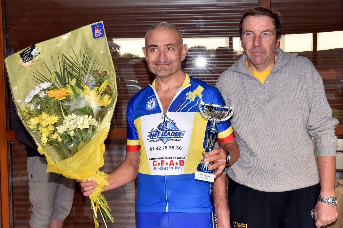 Remise du bouquet, avec Daniel TARDIVEAU (VC St Mammès) Photos Pierre HAEGEL.