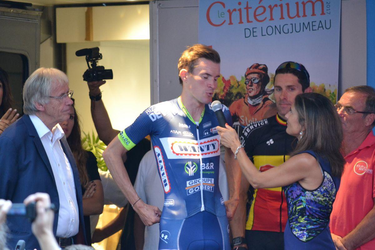 Yoann OFFREDO (Wanty) sur le podium avec Daniel MANGEAS et Mme Le Maire de LONGJUMEAU.