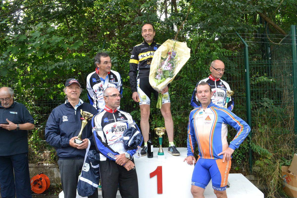 Le podium et Michel GOUPIL (ECNP), 4è, J.Marie Barrière (AAOCW) 7è, D. Renaud (AAOCW) 8è et le prix d'équipe pour Wissous.