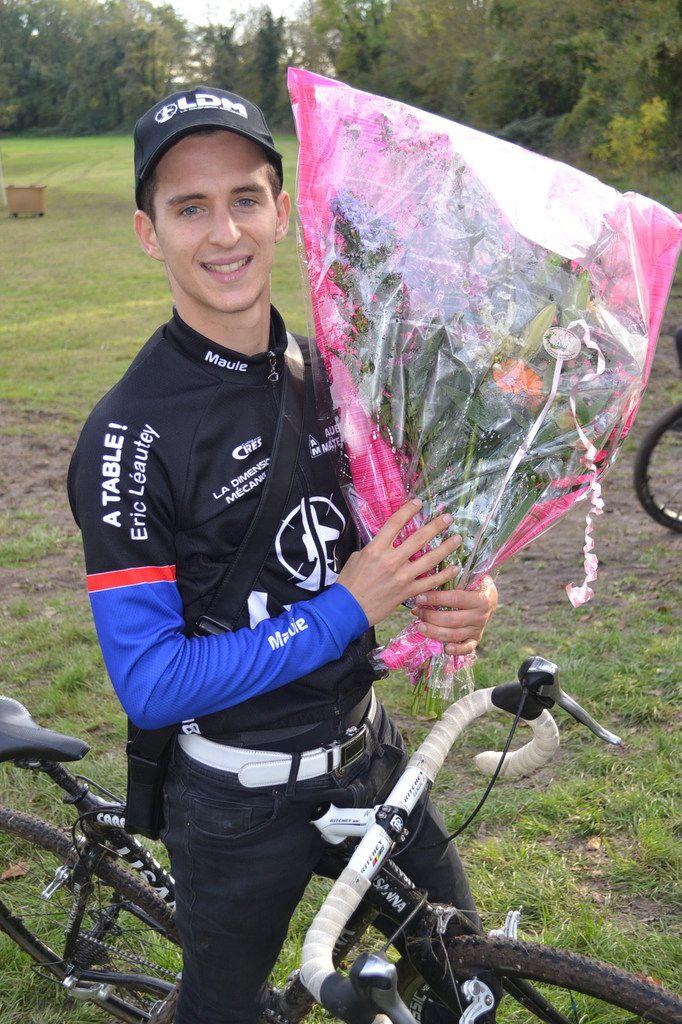 """Valentin GAUTIER (US Maule) vainqueur départemental à Fontenay-lès-Briis, et Alexandre BILLON (OCVO) sur le podium """"Elites"""", 25 octobre 2017."""