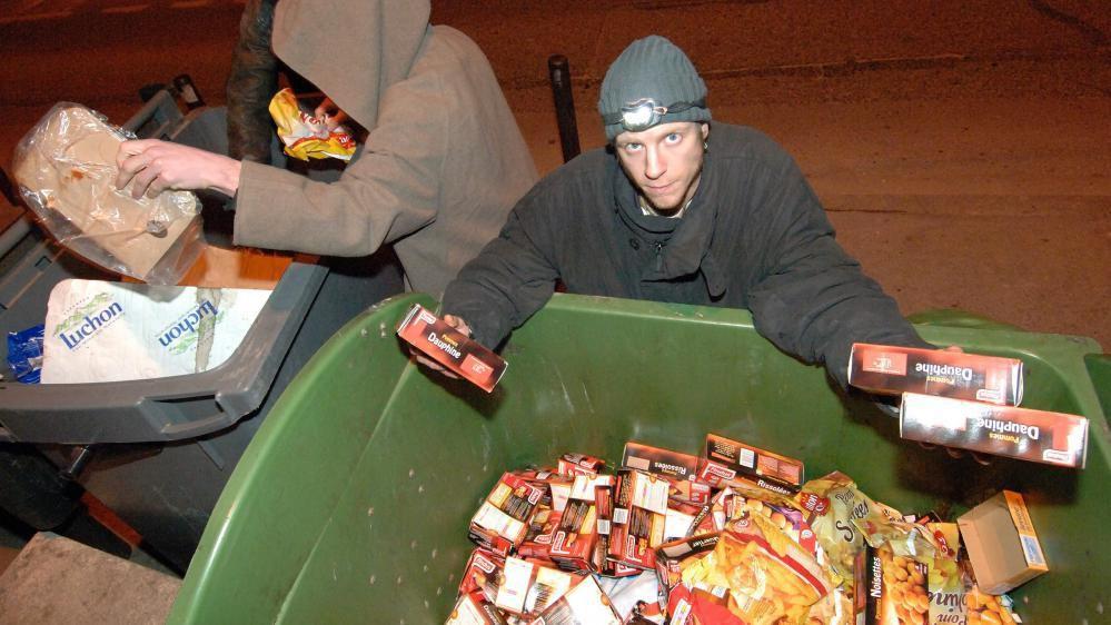 Des freegans, militants anti-gaspillage, récupèrent de la nourriture jetée mais encore consommable dans les poubelles des supermarchés