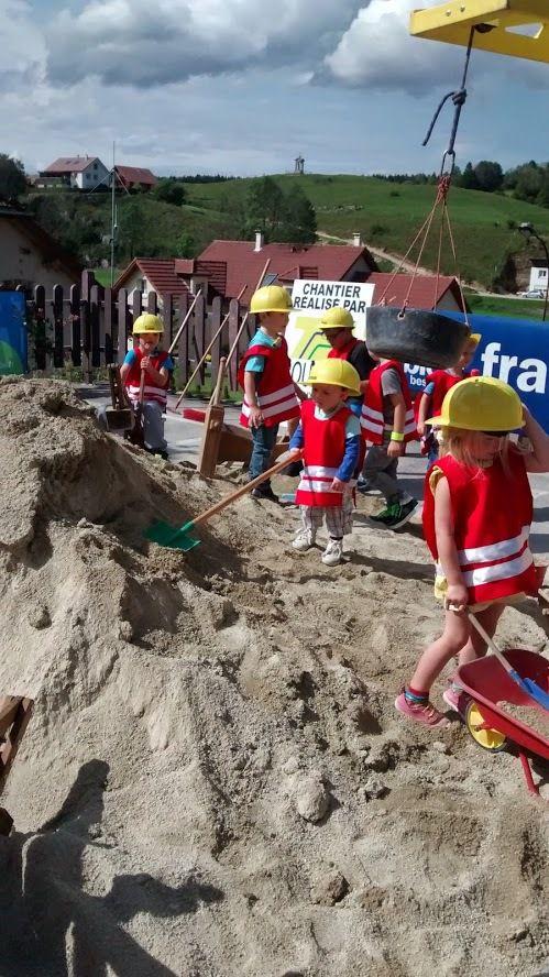 Le petit chantier, un gros tas de sable avec de vrais petits engins, et la tenue!