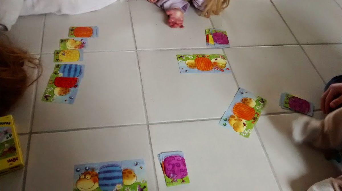 Miss L attend le orange, alors que Mini J, Mlle C et Maman attendent le violet.