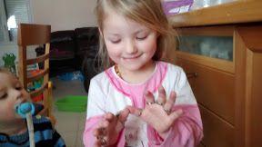 Mini J regarder toutes ses bagues, on voit qu'elle les aime &#x3B;) et Petit K l'a trouve jolie