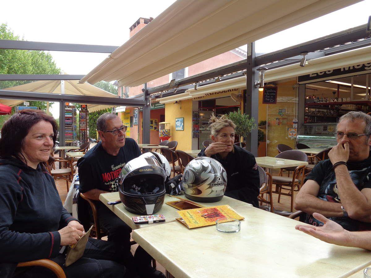 dernière pause café à Moustier Sainte-Marie avant de rentrer