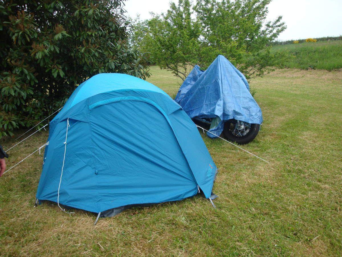 montage de la tente sous la flotte ... puis réchauffage au bar !