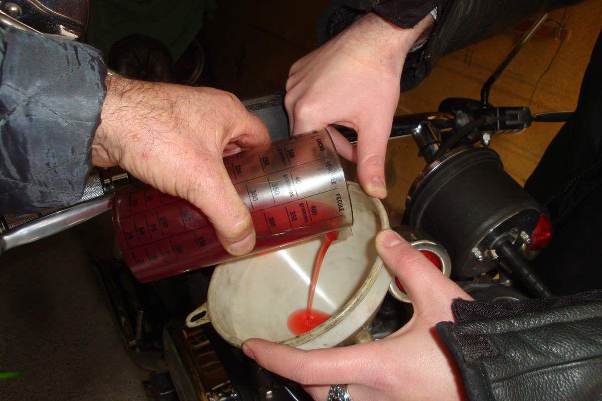 vidange des plongeurs de fourche sur une harley davidson carbu