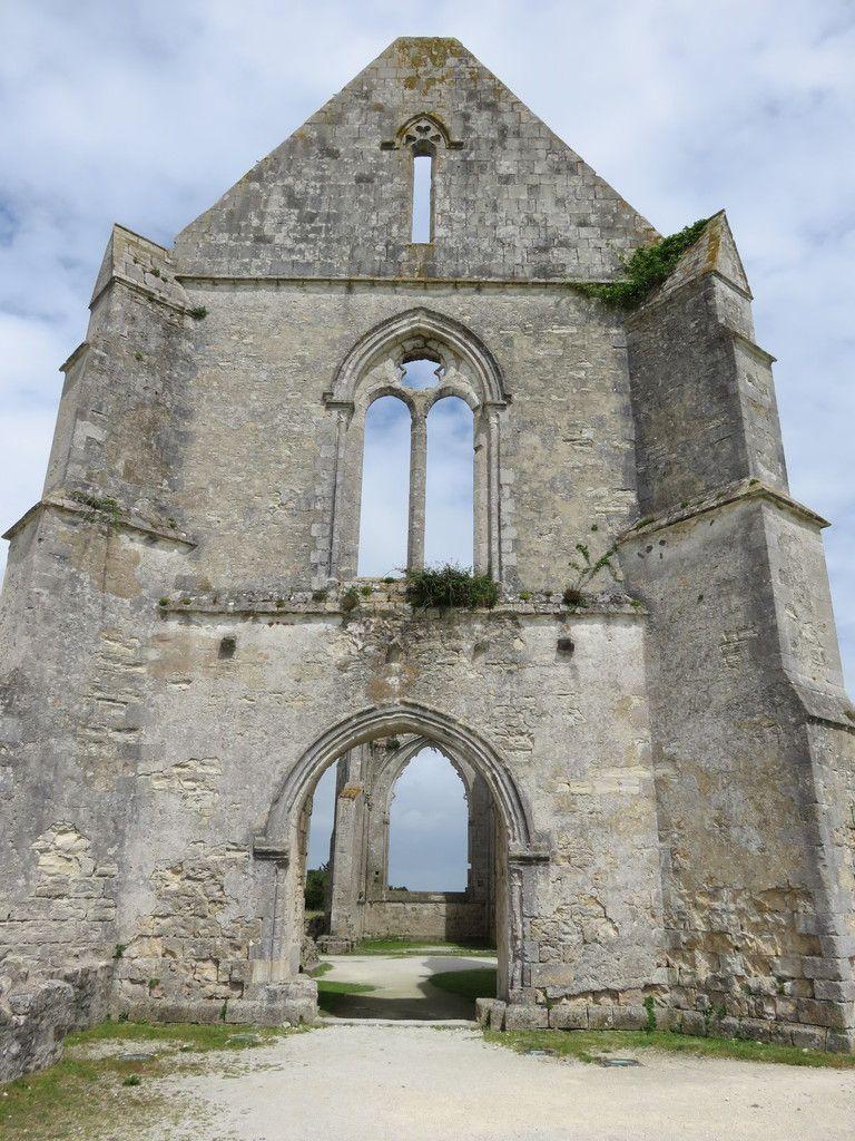 Cette abbaye ne comporte plus que quelques pans de mur