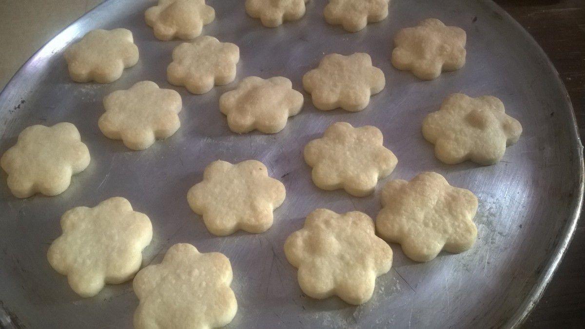 chauffer la confiture  coller les biscuite entre eux et ensuite les rouler completement dans la confiture et ensuite dans les gaufrettes hachée