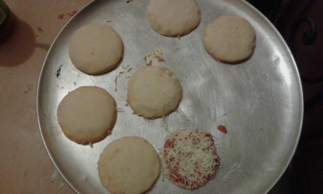 Déposé sur une plaque et enfourner  a four chaud 210^ pendant 10 minute  ou plus jusqu'à dorures des mini pizza hamburger