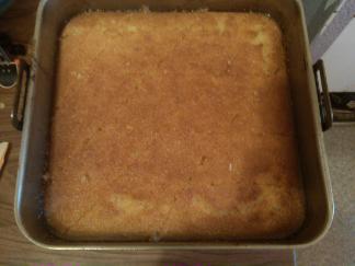 Une fois cuite tracer aux couteau des carrés ou losange ensuite verser le sirop petit a petit laisser imbibé au réfrigérateur pendant quelques heures avant de découpé sur les trace que vous avez au préalable pres découpé