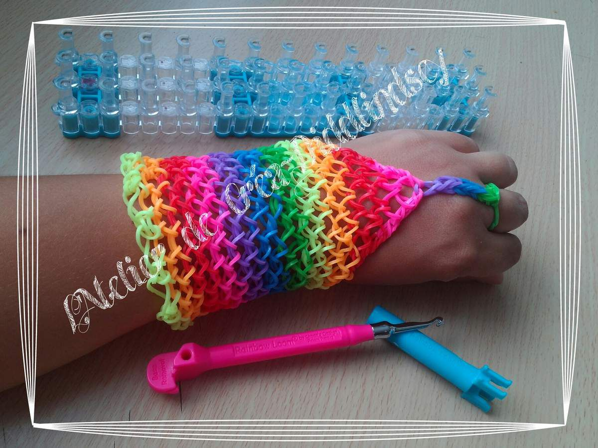 bracelet manchette en lastique rainbow loom r alis avec un tricotin g ant le blog de diddlindsey. Black Bedroom Furniture Sets. Home Design Ideas