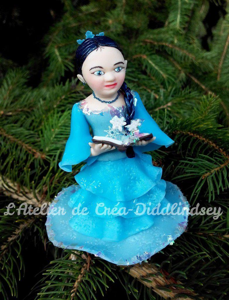 voici une de mes dernières créations une petite princesse des glace qui envoie de jolies faucon grâce à son livre de magie