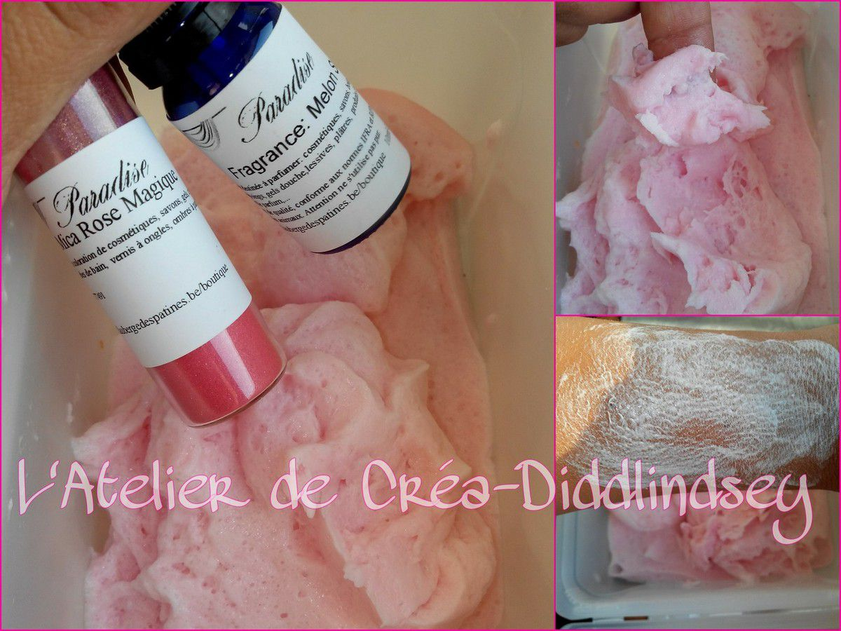 Pour cette sympathique mousse rose j'ai ajouter une pointe de couteau de mica Paradise rose magique et 20 gouttes de fragrance melon Smit
