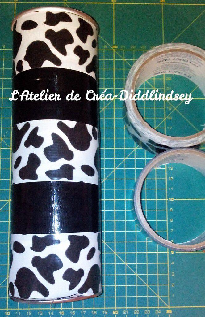 Coller d'abord les trois bandes vache une en haut , une en bas et une au milieu puis les deux bandes noires entre les bandes vache