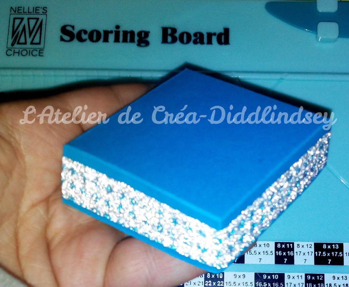 Voici une petite boîte carrée de 6 cm qui pourra contenir un petit bracelet ou un petit collier à offrir