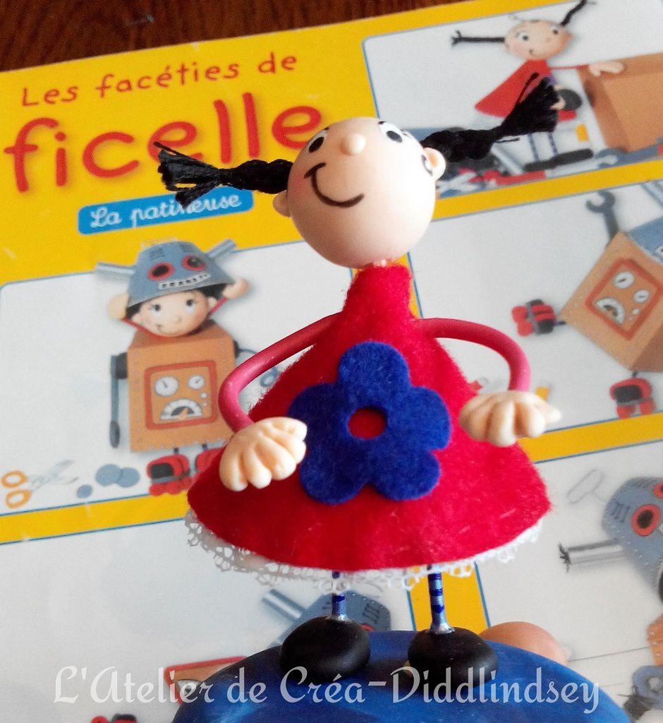 Et toute fière elle a ramené sa petite poupée à l'école en même temps qu'elle ramener son magazine de bibliothèque