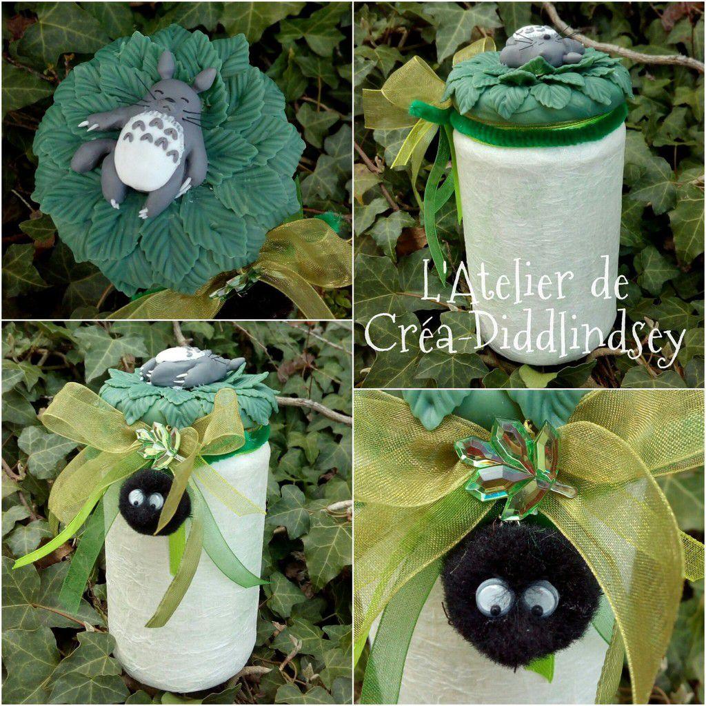 """Voici une jolie veilleuse que j'ai réalisé pour Anakyne sur le thème de """"mon voisin Totoro"""". J'ai décoré le couvercle d'un Totoro en porcelaine froide modeler à la mainsur un lit de feuilles modeler avec mes kit floral punch Nellie Snellen. La petite noiraude et réalisé avec un petit pompon noir"""