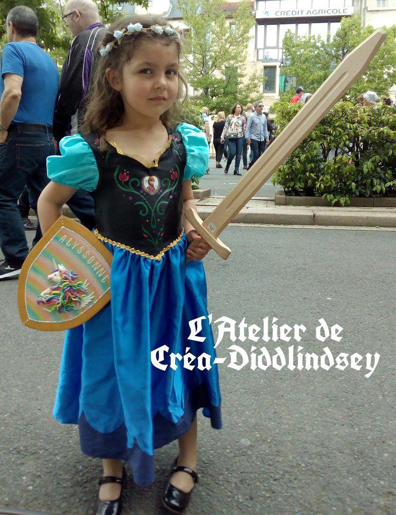 Et voilà mini moi qui joue au princesse guerrière en direct de la fête médiévale les flamboyantes de Cusset