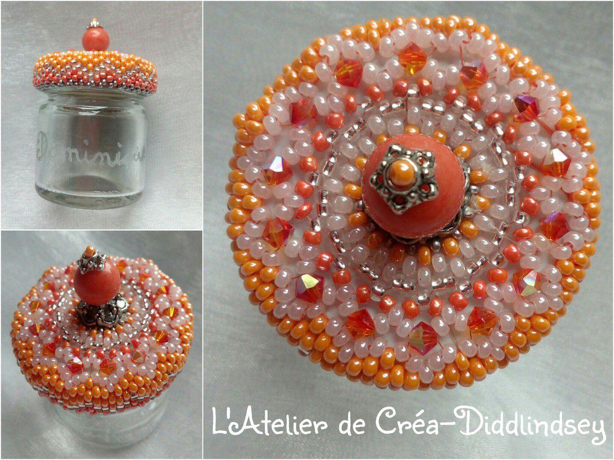 Voici un nouveau petit pot de confiture décorés toujours inspiré des merveilleuses créations en perles de mon amie perleuse Claudine  (et réaliser son schéma ni tuto ) cette fois-ci réalisé pour l'anniversaire de mariage de la sœur de mon ami Chantal. J'ai aussi fait une petite gravure sur verre à son prénom.