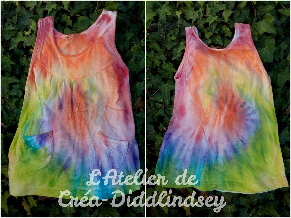 Là c'est une jolie petite robe aux couleurs de l'arc-en-ciel pour une petite puce de 1an