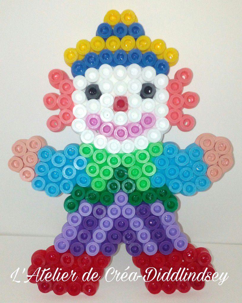 Voici un joli clown en perles Hama Maxi réalisé sur la plaque clown perles Hama Maxi par Alyssonne. (corrigé par Tewee)